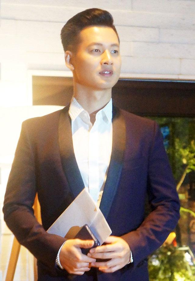 ca sĩ Đức Tuấn trong đám cưới của Đặng Thu Thảo